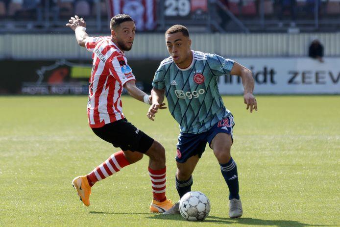 Sergino Dest in actie tijdens de eerste wedstrijd van het seizoen bij Sparta.