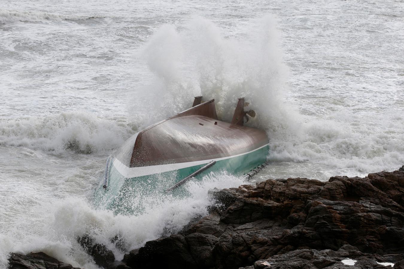 De gekapseisde reddingsboot op de rotsen bij Les Sables-d'Olonne.
