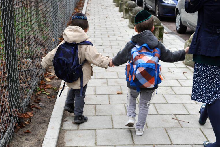 Leerlingen van een Joodse basisschool op weg naar huis. Beeld Hollandse Hoogte /  ANP