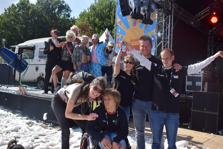 De toffe bende van Brake-Out vzw (met rechts dj Jochen) voor de Love Stage van Rijvers Festival. De mannen en vrouw van Radio Topkaas zagen dat het goed was.