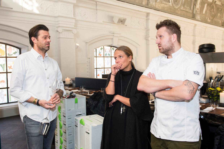 Sergio Herman en Nick Bril in The Jane met Charlotte De Cock, een Antwerpse kunstenares die schilderij maakt voor het restaurant. Beeld Klaas De Scheirder