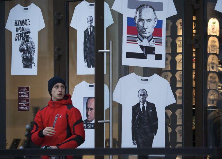 In een sportwinkel worden T-shirts met de beeltenis van Poetin verkocht. Beeld AP