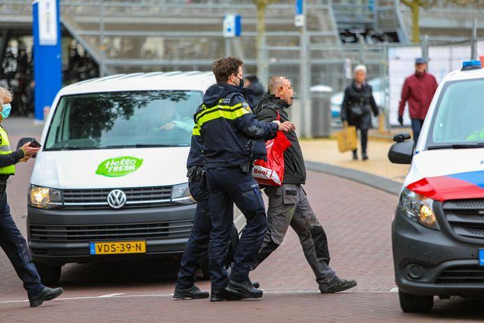 De politie voert in Apeldoorn een demonstrant af die volgens de agenten hen had beledigd.