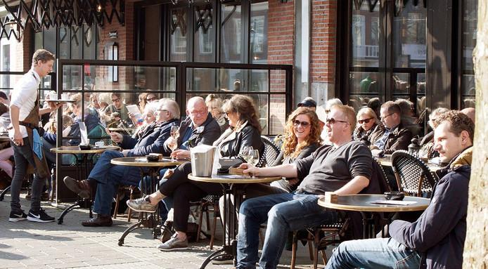 Breda baadt in de zon en de terrassen zitten gelijk vol. Foto Daisy Roefs