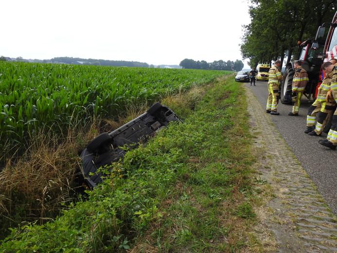 Een automobilist belandde maandagochtend met zijn auto in de sloot naast Het Lijntje bij Bergentheim, na het inhalen van een tractor.