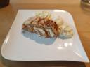 Schuimdessert met vanille-ijs en slagroom.