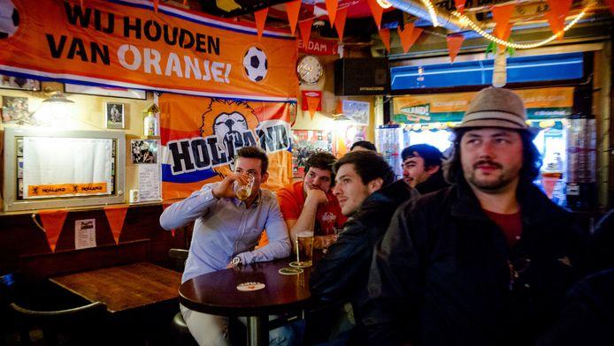 Archieffoto: Mannen kijken voetbal in een Amsterdams café.