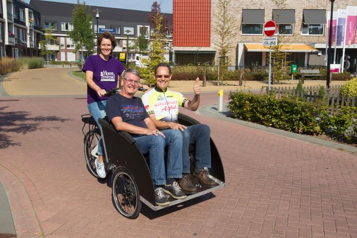 Mede-initiatiefneemster Suzanne Verploegen met in de riksja de beide dagelijkse coördinatoren van het project in Heeze-Leende, Jos van Horrik en Rob Koster.