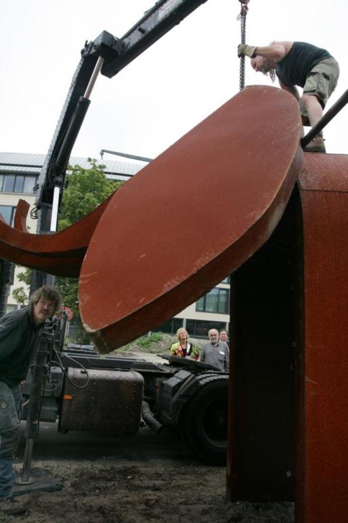 Met een kraan werd gisteren de kop op de stalen romp van de olifant geplaatst.foto Ramon Mangold/het fotoburo