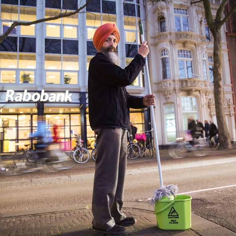 Sukhbir Singh maakt 's avonds schoon bij de Rabobank en overdag bij KPN (boven). Beeld Arie Kievit