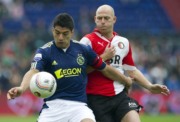 Luis Suarez (L) van Ajax in duel met Tim de Cler (R) van Feyenoord. Beeld