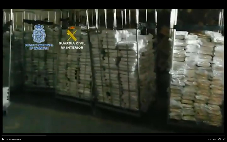 De 6300 kilo cocaïne opgestapeld in palletwagens.