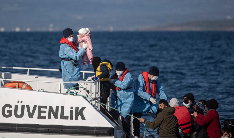 De Turkse kustwacht neemt mensen aan boord nabij Balikesir. Zij zouden zijn teruggeduwd door de Griekse autoriteiten. Dit zijn niet de reisgenoten uit deze reportage. Beeld EPA