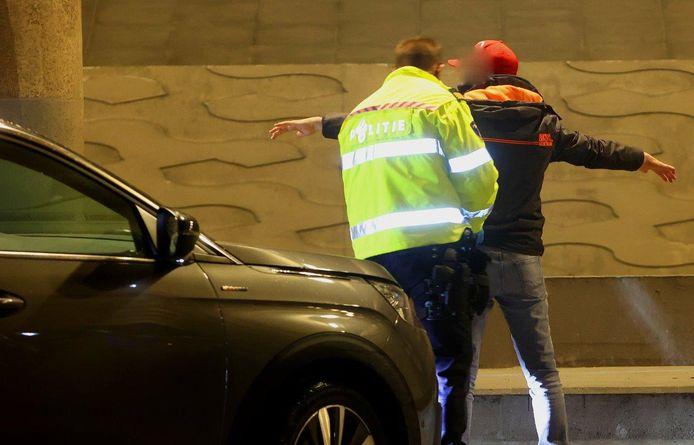 De politie houdt regelmatig grote controles nabij fruitbedrijf De Groot naar aanleiding van de aanslagen en dreigementen richting het personeel.