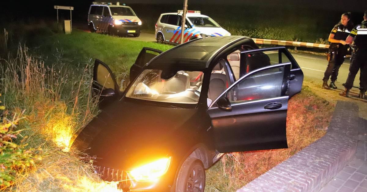 Vier gewonden door ongeluk in Ingen: auto rijdt met hoge snelheid greppel in.