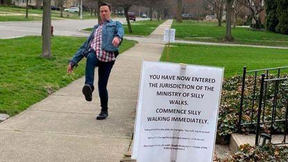 Monty Python-fan zet tijdens deze saaie coronatijden 'Silly Walk'-bordjes op de stoep, en krijgt dosis entertainment om U tegen te zeggen