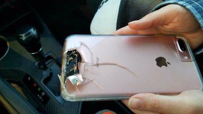 Paddock schoot haar iPhone aan flarden maar zelf overleefde ze de kogelregen