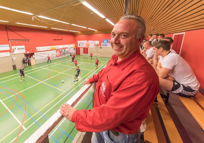 Leo Vroegop, broer van de in 2006 overleden Siem, op de tribune tijdens het jaarlijkse zaalvoetbaltoernooi in Sint-Annaland.