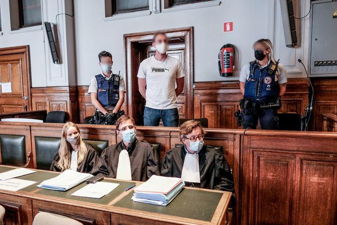 Beschuldigde Xavier Van Dam in de rechtszaal.