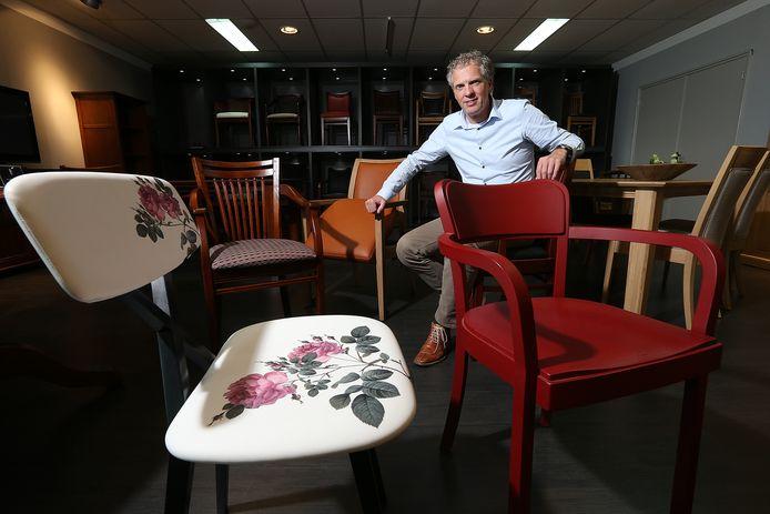 Jan Stroo, directeur van BSM Factory, in betere tijden. De meubelfabriek maakt kwalitatief sterke eiken tafels en kasten, maar vooral stoelen.