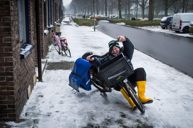 Op sommige  plekken in Nederland werden de ochtendkranten, waaronder de Volkskrant, niet of later bezogd.  Beeld Kees van de Veen
