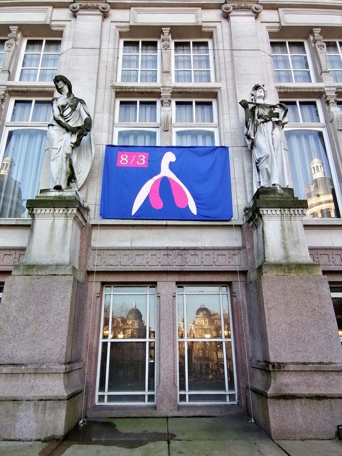 Un clitoris géant sur la façade de la commune de Saint-Gilles.