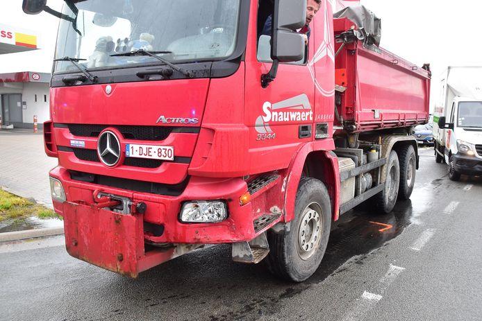 Deze vrachtwagen liep vooraan schade op.