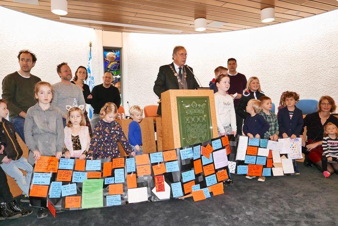 De nieuwjaarsreceptie van de gemeente Haaren werd aangegrepen voor een protest door leerlingen van de Willibrordusschool in Esch en hun ouders.