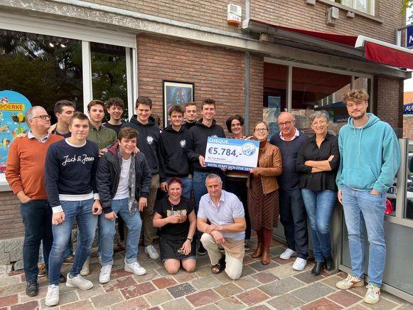 Het team van 'Kistel stapt zich stijf' overhandigde in oktober 2019 nog een mooie cheque aan therapeutisch jongerencentrum Tejo. Centraal zien we Clarine en Geert van De Kiste.
