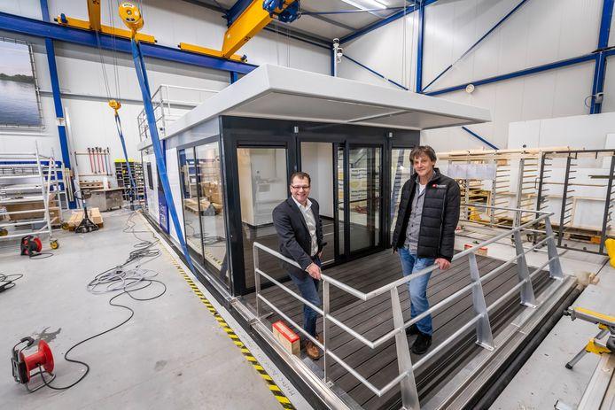 Frank van der Pasch (links) en Geert Duijf: voorbereid op verder opschalen productie van waterwoningen.