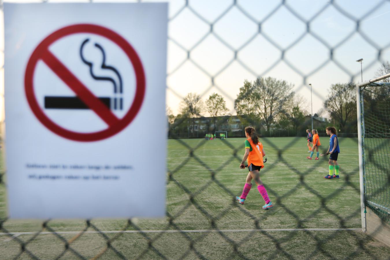 Op steeds meer plekken wordt roken verboden, bijvoorbeeld door sportclubs. Ouders steken ook veel minder vaak in huis een sigaret op als hun kind erbij is.