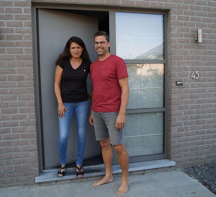 Tielts schepen Pascale Baert samen met haar man Xavier Therry aan de deur van hun woonst in de Wittestraat. Allebei zijn ze besmet met het virus