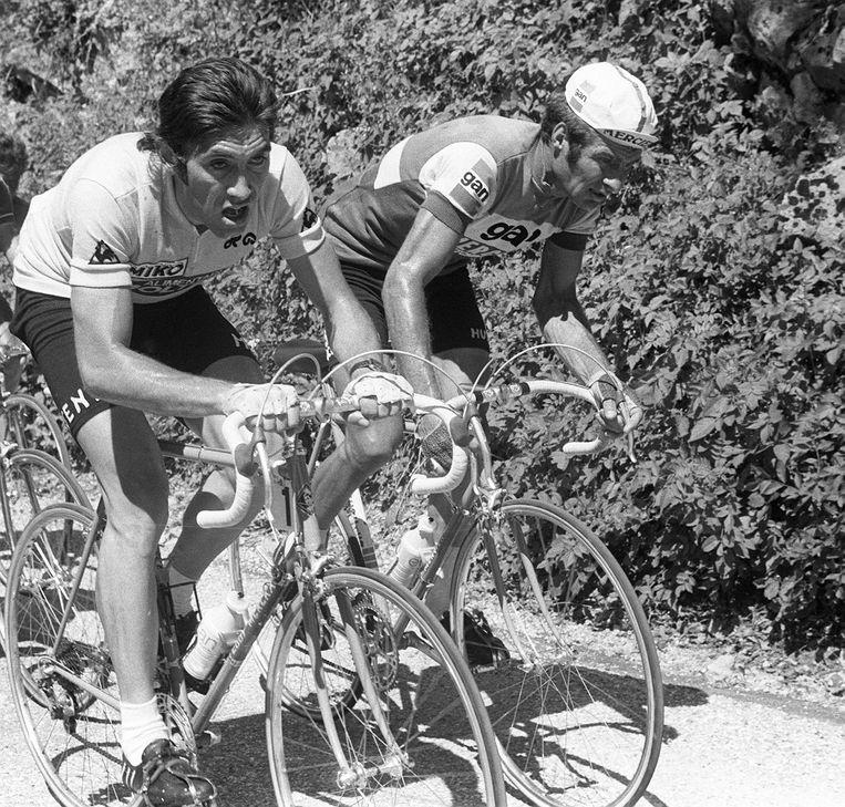 Eddy Merckx en Raymond Poulidor strijden zij aan zij op weg naar Aix-les-Bains, 7 juli 1974. Beeld AFP