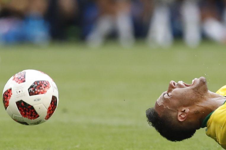 Neymar schreeuwt het uit tijdens de wedstrijd tegen Mexico. Na de wedstrijd noemde de Mexicaanse bondscoach Neymar een 'komediant' en een 'schande voor het voetbal'. Beeld Anadolu Agency
