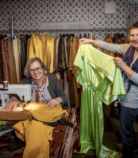 Ria en Annie maken 200 kostuums voor De Strijd in Hertme: 'een dankbare klus'
