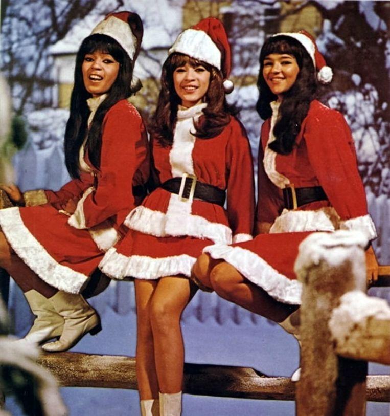 The Ronettes in kersttenue. Deze voormalige protegés van Phil Spector zongen op meerdere parels op diens album 'A Christmas Gift for You'. Beeld rv