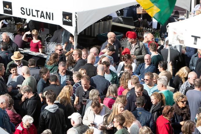 Bezoekers van Nationale Bokbierdag in Zutphen aan het bokbier.