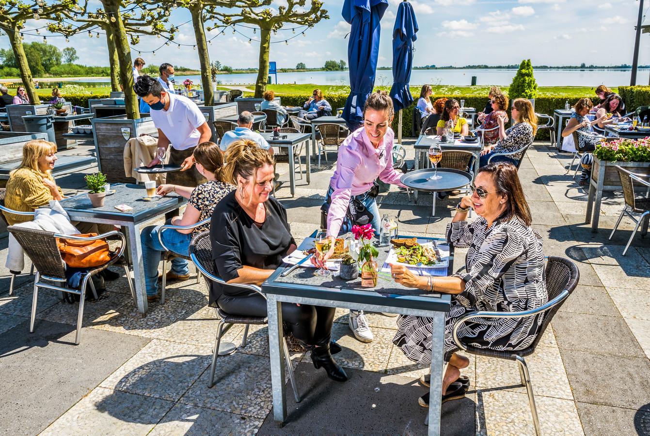 Het zonovergoten terras van 't Reeuwijkse Hout.