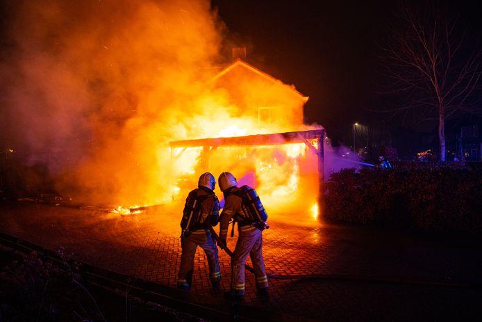 Een uitslaande brand in een schuur aan de Leliestraat in Hattem. De brandweer kon voorkomen dat het vuur oversloeg naar de woning.