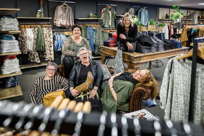 Nathalie de Lange-Drok (midden achter) met haar team in de nieuwe winkel van Tutola en Kerels.