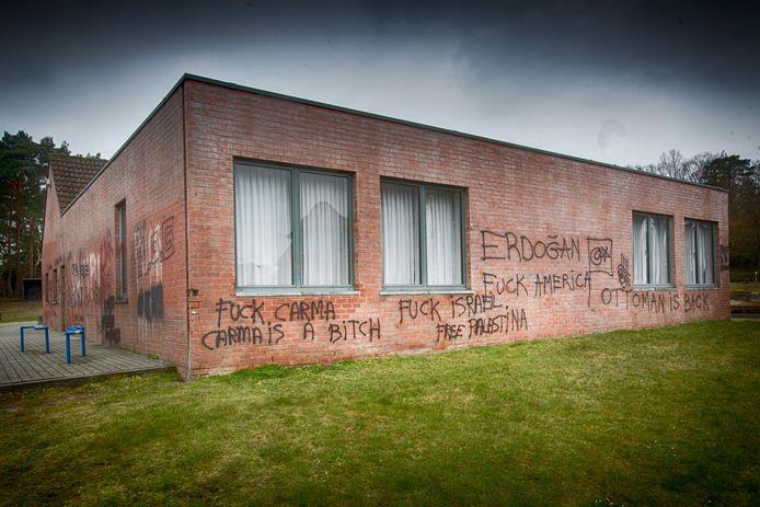 De slogans op het parochiehuis van Meulenberg. Bij het weghalen ontstaan er grotere en donkere plekken op de gevel (zie links).