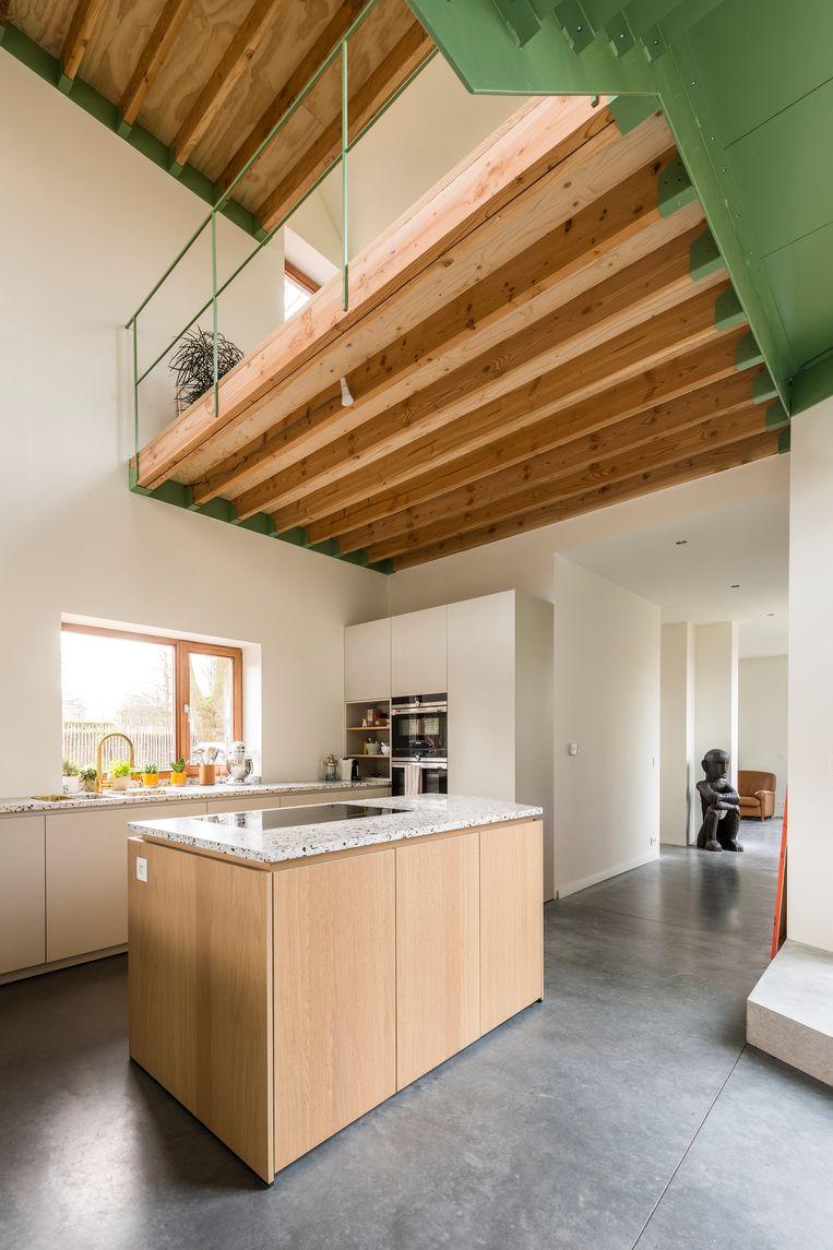 Doorheen het huis werd een mix van materialen gebruikt. Voor Virginia mocht terrazzo in de keuken niet ontbreken.   Beeld Luc Roymans
