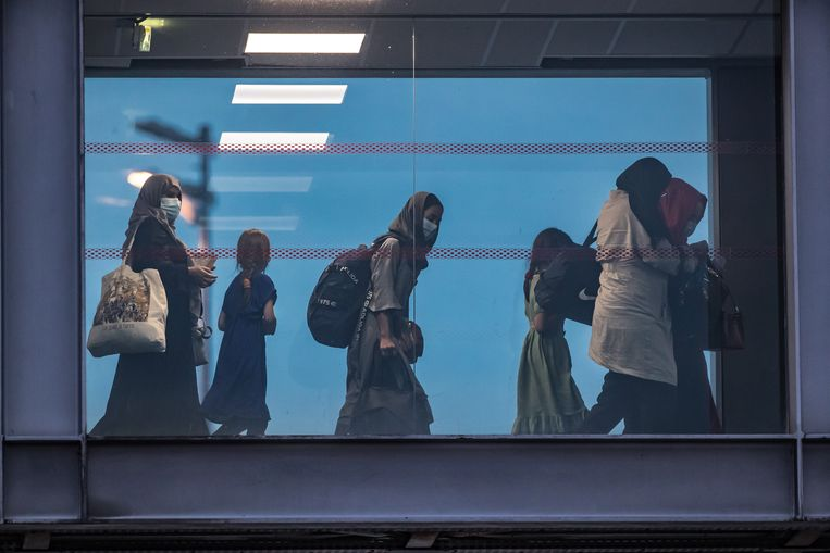 Een groep Europese en Afghaanse evacués verlaat een Frans militair vliegtuig op vliegveld Charles de Gaulle bij Parijs. Beeld EPA