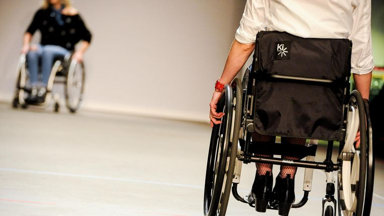Op de Amsterdam Fashion Week werd dit jaar ook mode voor rolstoelgebruikers gepresenteerd. Beeld ANP