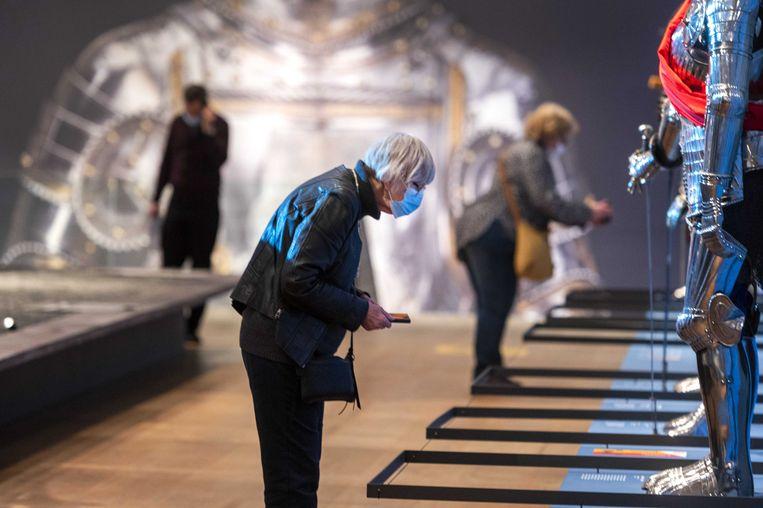Bezoekers bij de tentoonstelling Romanovs in de ban van de ridders in de Hermitage. Met ruim 250 objecten wordt een beeld geschetst van het negentiende-eeuwse verlangen naar de middeleeuwen.  Beeld ANP
