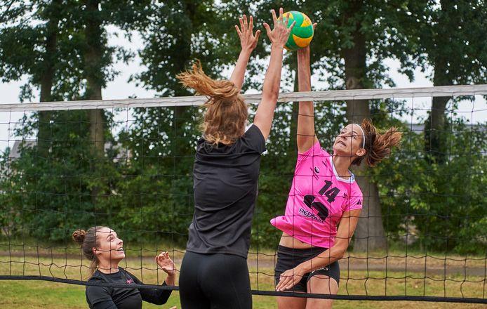 Anne Heesakkers gaat volgend jaar eredivisie volleyballen. Foto tijdens de training in Sint Anthonis.