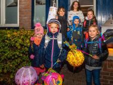 Kinderen in Plaswijck teisteren regenbuien, maar worden wel overladen met snoep
