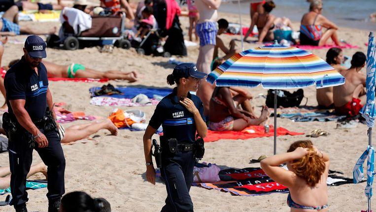 Franse agenten op hst strand in Cannes, na de aanslagen in Nice. Beeld Afp