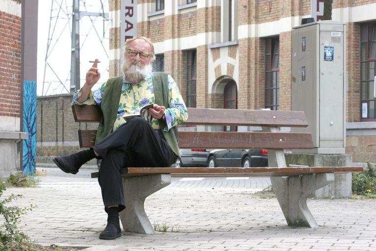 Typisch Freek Neirynck, rokend op een bankje in Gent Beeld Joost De Bock