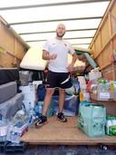 Nicolas a mis son tour d'Europe à vélo sur pause pour aider les personnes sinistrées à Liège.